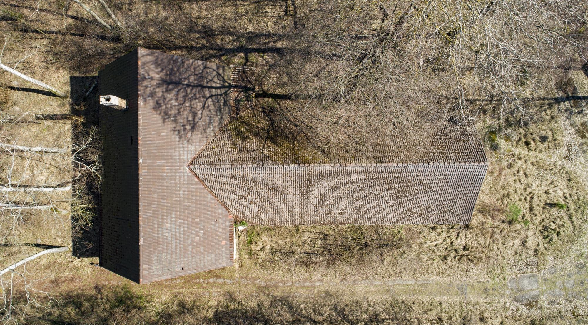 Luftbild des ehemaligen Schweine- und Pferdestalls des KZ Ravensbrück. Foto: Christoph Löffler, Berlin