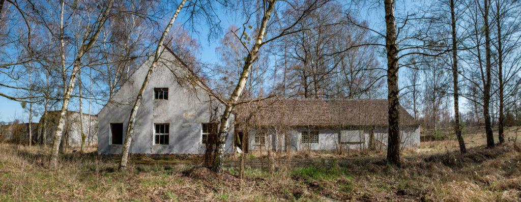 Blick auf den ehemaligen Pferdestall und Schweinestall (v.l.n.r.) des KZ Ravensbrück. Foto: Christoph Löffler, Berlin