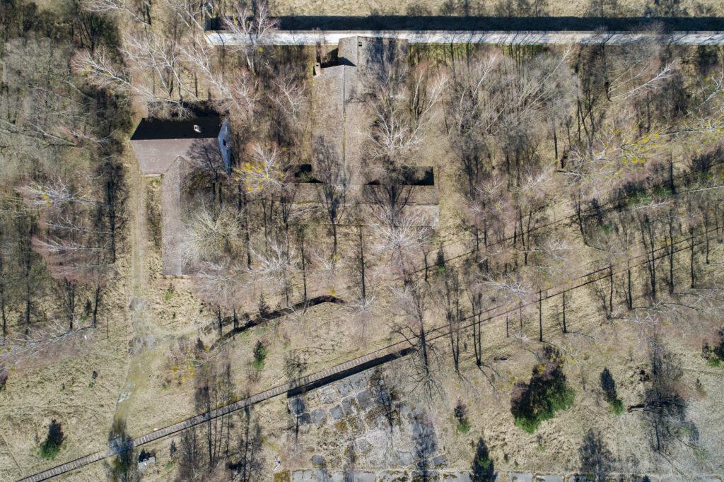 Luftbild des Geländes der ehemaligen Lagergärtnerei, links daneben der ehemalige Schweine- und Pferdestall. Foto: Christoph Löffler, Berlin