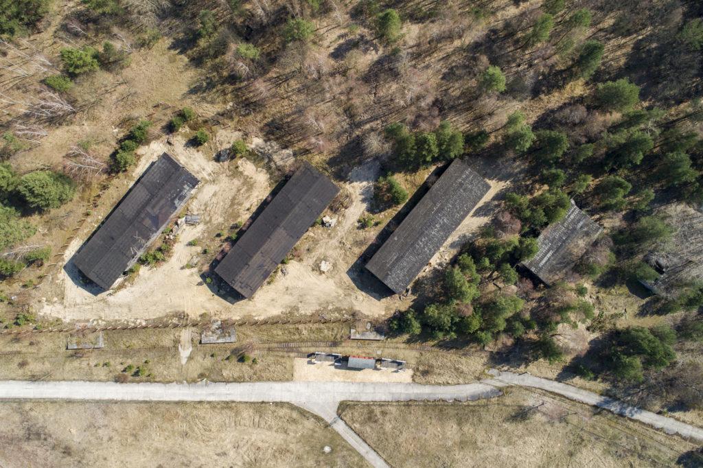 Luftbild der ehemaligen Beutegut-Baracken mit teilweise eingestürzter Baracke (rechts). Foto: Christoph Löffler, Berlin