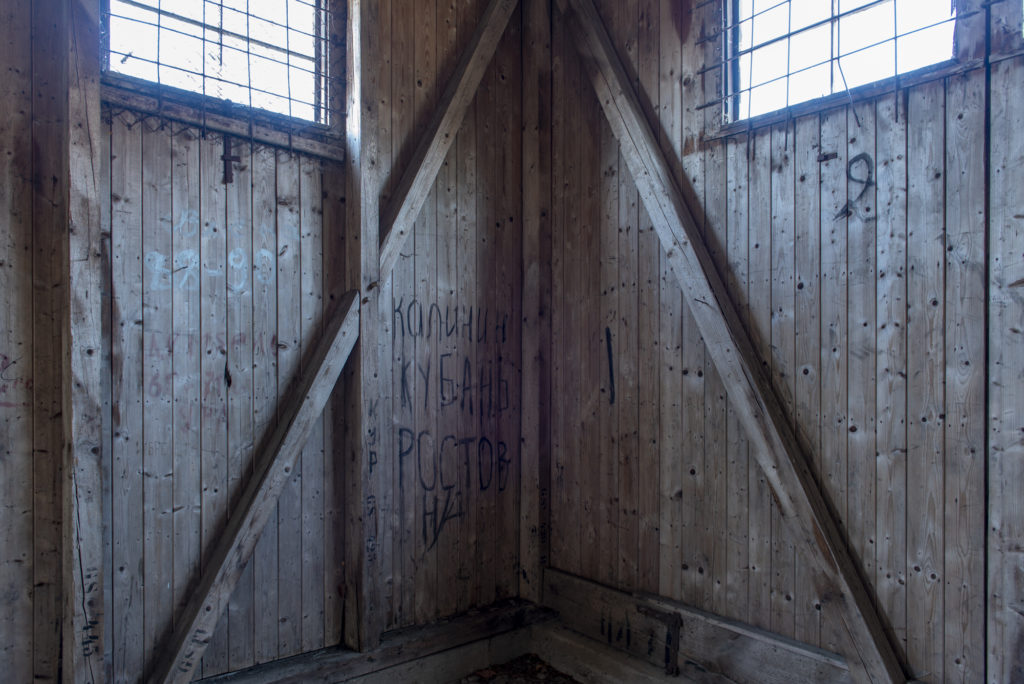 Kyrillische Inschriften sowjetischer Soldaten in einer der ehemaligen Beutegut-Baracken. Foto: Christoph Löffler, Berlin