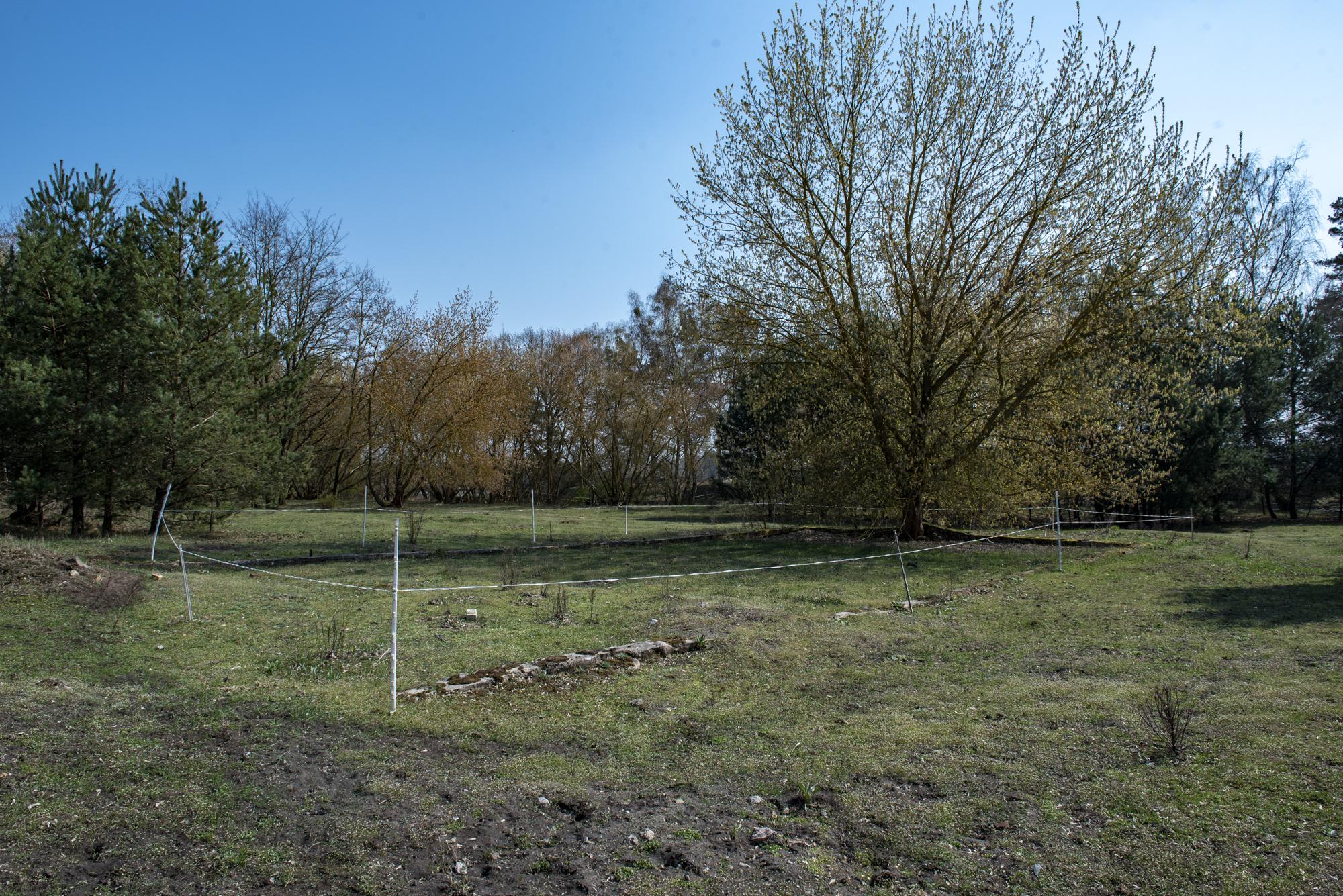 (Sowjetische) Fundamentreste auf dem Gelände des ehemaligen Nachschubsammellagers. Foto: Christoph Löffler, Berlin