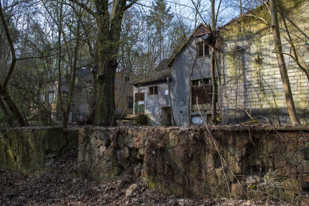 "Die ehemalige ""Villa Lörner"", dahinter das ehemalige SS-Kinderheim. Foto: Christoph Löffler, Berlin"