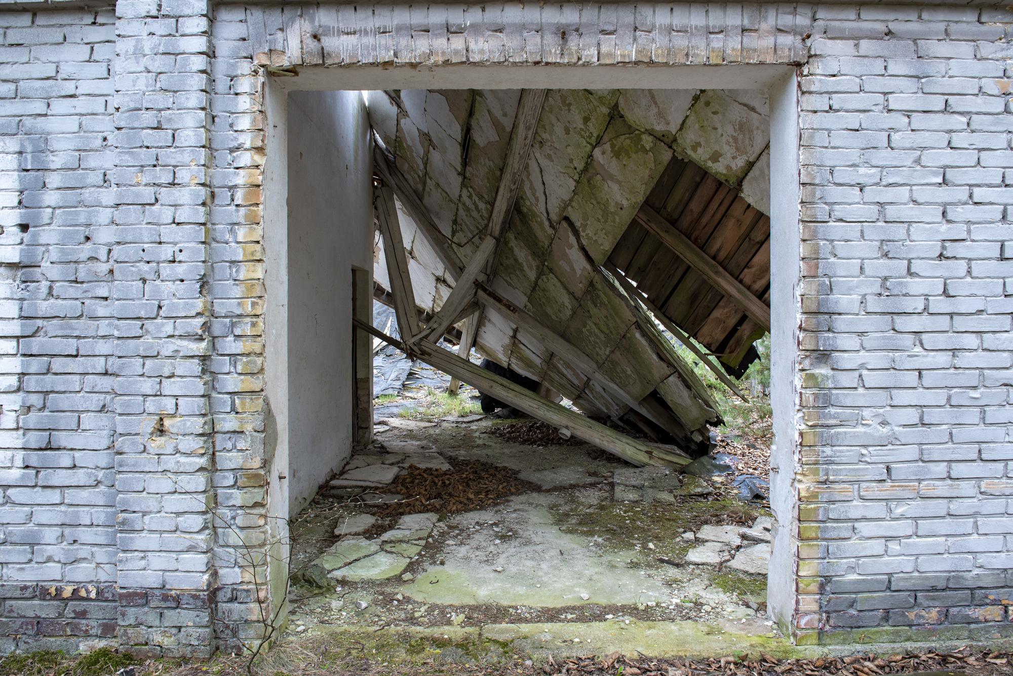 Eingestürztes Dach des Fabrikgebäudes der ehemaligen DAW-Tischlerei Ravensbrück. Foto: Christoph Löffler, Berlin