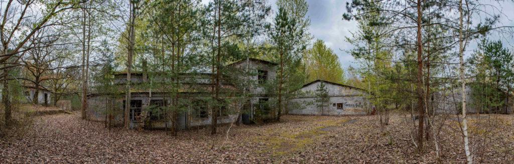 Das Maschinenhaus und das Fabrikgebäude der ehemaligen DAW-Tischlerei Ravensbrück. Foto: Christoph Löffler, Berlin