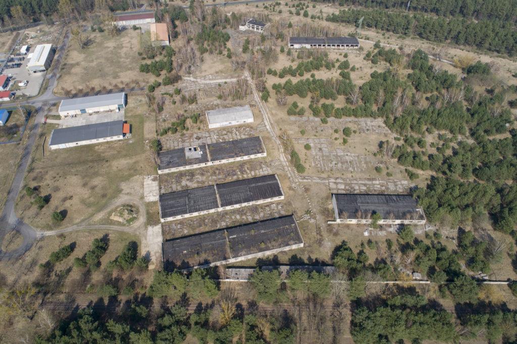 Luftbild von einem Teilbereich des ehemaligen WVHA-Ausweichlagers mit Resten sowjetischer Bebauung. Foto: Christoph Löffler, Berlin