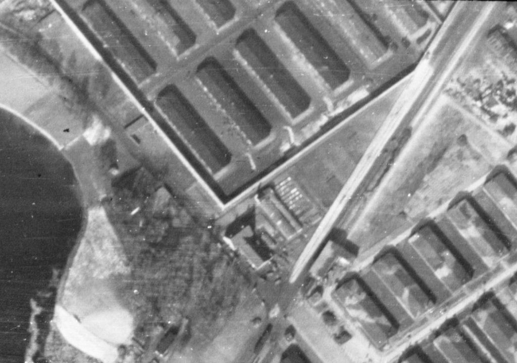 Alliiertes Luftbild des Schweine- und Pferdestalls, März 1945. Fotograf/in unbekannt (NCAP/ncap.org.uk)