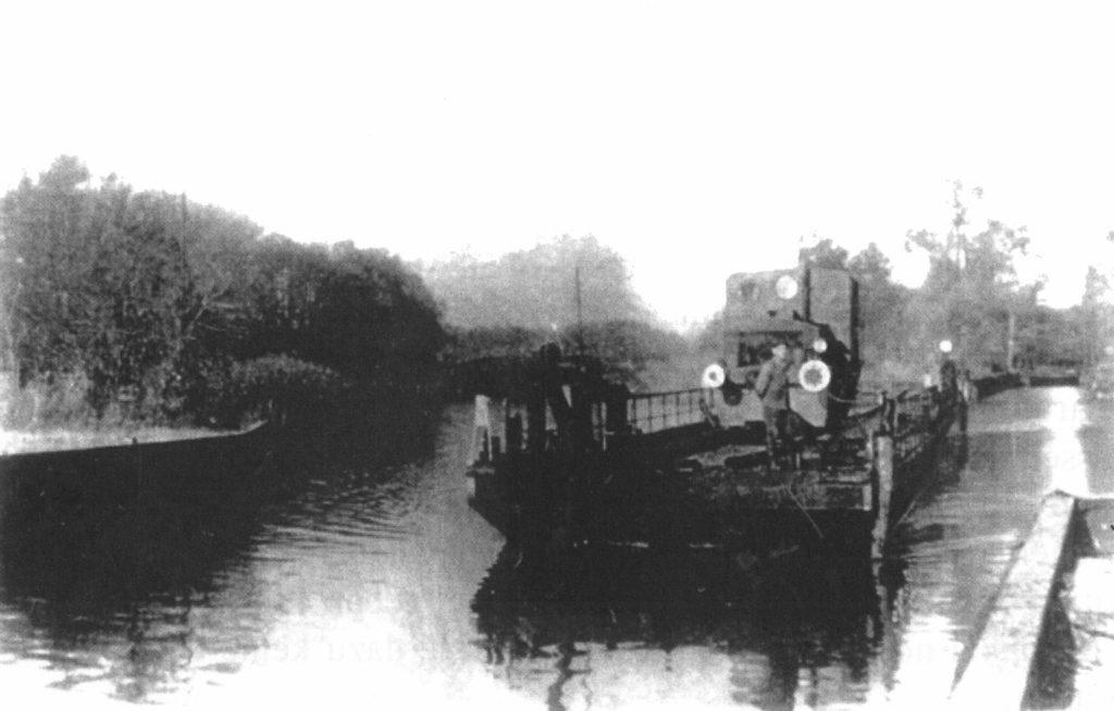 Die Eisenbahnfähre auf der Fahrt vom nördlichen ins südliche Fährbecken, ca. 1960. Fotograf/in unbekannt (Kurt Neis 2007, S. 135)