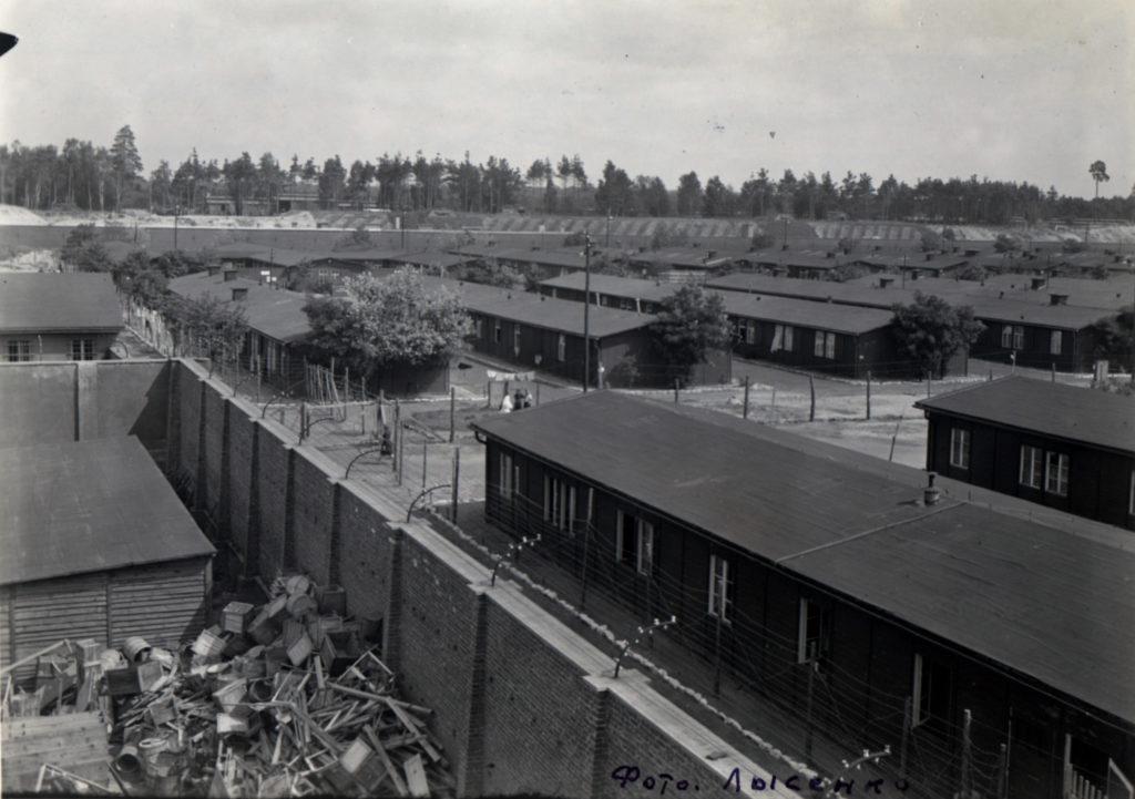 Blick über das befreite KZ Ravensbrück, im Hintergrund die LKW-Baracke des Nachschubsammellagers, Sommer 1945. Foto: Lysenko (GARF. F. Р-9526. Оp. 4. D. 46. LL. 33.)