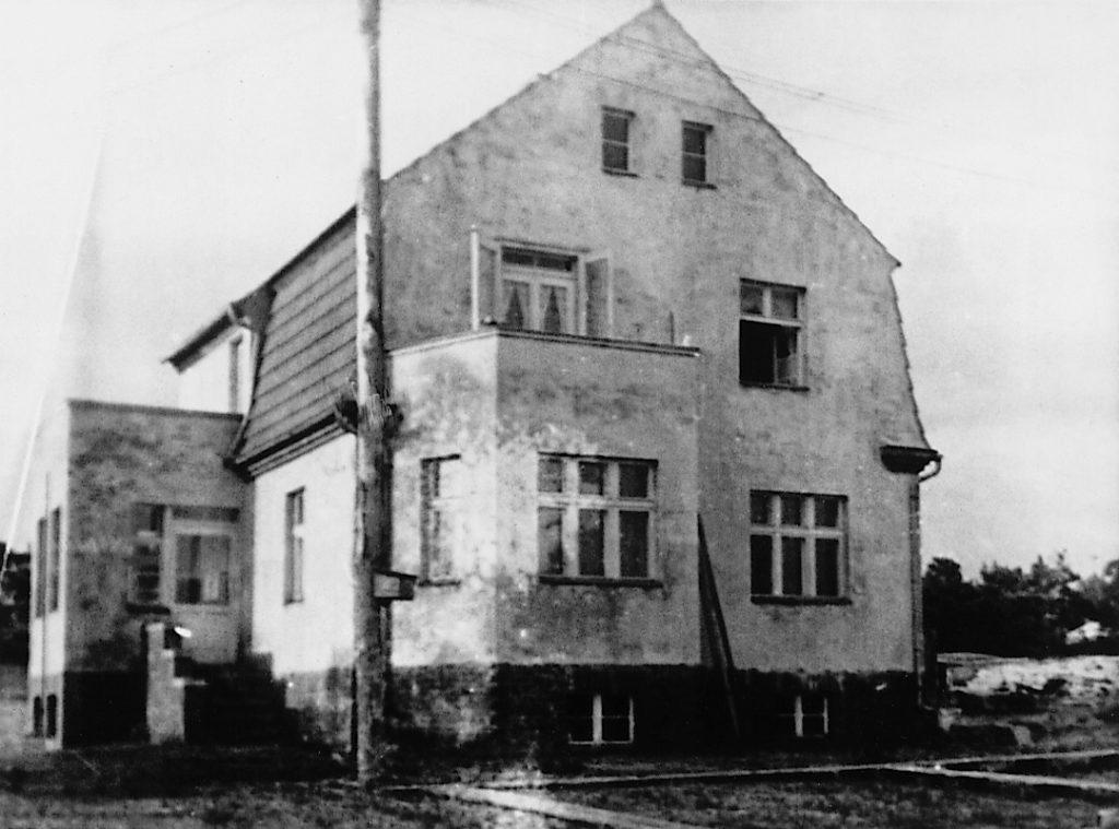 Der erste Sitz der SS-Bauleitung Ravensbrück, heute Rezeption der Jugendherberge Ravensbrück, ca. 1939/40. Fotograf/in unbekannt (Privatbesitz)