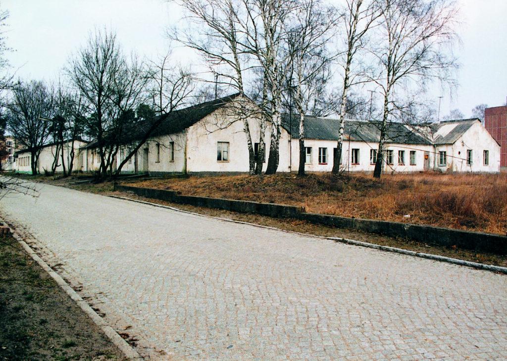 Die Rückseite der ehemaligen SS-Bauleitung Ravensbrück im Jahr 1995. Foto: Heinz Heuschkel (MGR/SBG, Foto-Nr. 2002/218)