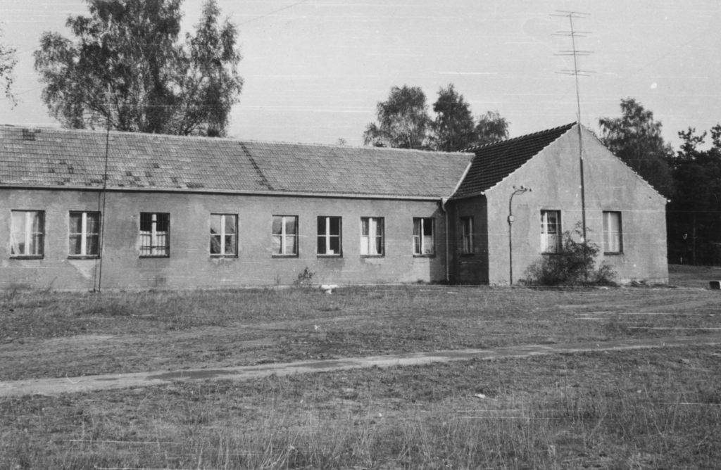 Die Rückseite der ehemaligen SS-Bauleitung Ravensbrück im April 1966. Fotograf/in unbekannt (BStU, MfS, HA IX/11 ZUV 1, Bd. 40, 15-2)