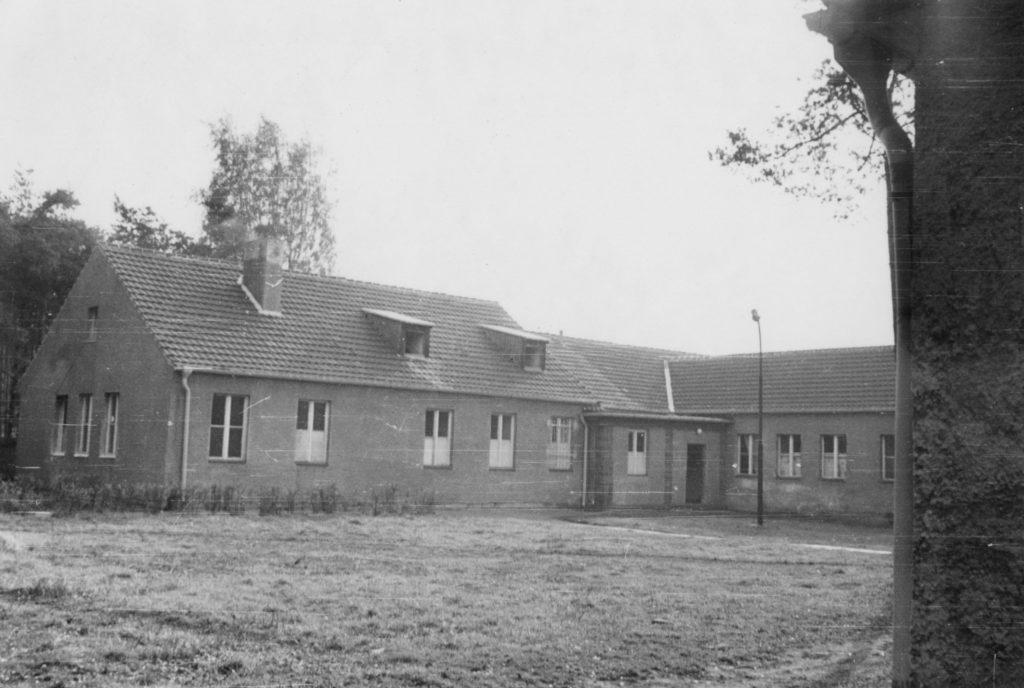 Der Eingangsbereich der ehemaligen SS-Bauleitung Ravensbrück im April 1966. Fotograf/in unbekannt (BStU, MfS, HA IX/11 ZUV 1, Bd. 40, 17-1)