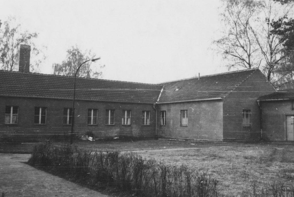 Die Vorderseite der ehemaligen SS-Bauleitung Ravensbrück im April 1966. Fotograf/in unbekannt (BStU, MfS, HA IX/11 ZUV 1, Bd. 40, 17-2)