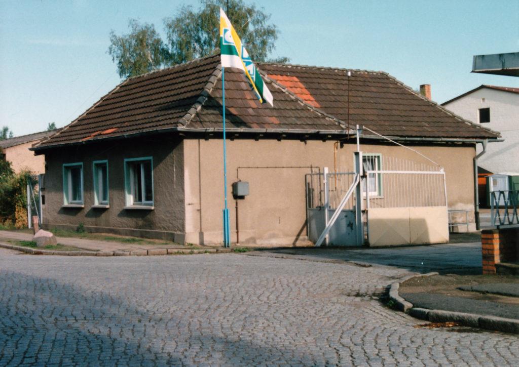 Ehemaliges Wachhaus des Bauhofes der SS-Bauleitung Ravensbrück im Jahr 1994. Foto: Heinz Heuschkel (MGR/SBG, Foto-Nr. 2002/239)