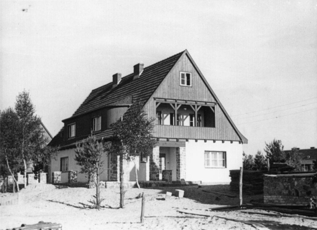 Blick in die Wohnsiedlung der SS-Unterführerhäuser, ca. 1940/41. Fotograf/in unbekannt (MGR/SBG, Foto-Nr. 1630)