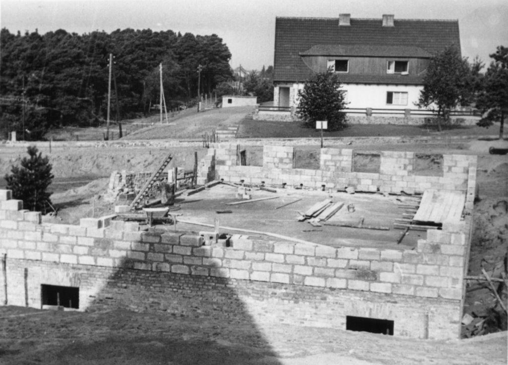Rohbau eines Aufseherinnenhauses, im Hintergrund ein SS-Unterführerhaus, ca. 1940/41. Fotograf/in unbekannt (MGR/SBG, Foto-Nr. 1632)