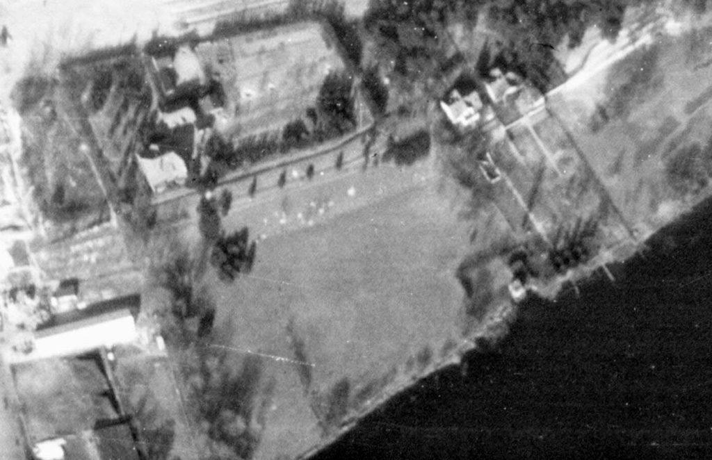 Alliiertes Luftbild vom Gelände des SS-Kinderheims, März 1945. Fotograf/in unbekannt (NCAP/ncap.org.uk)