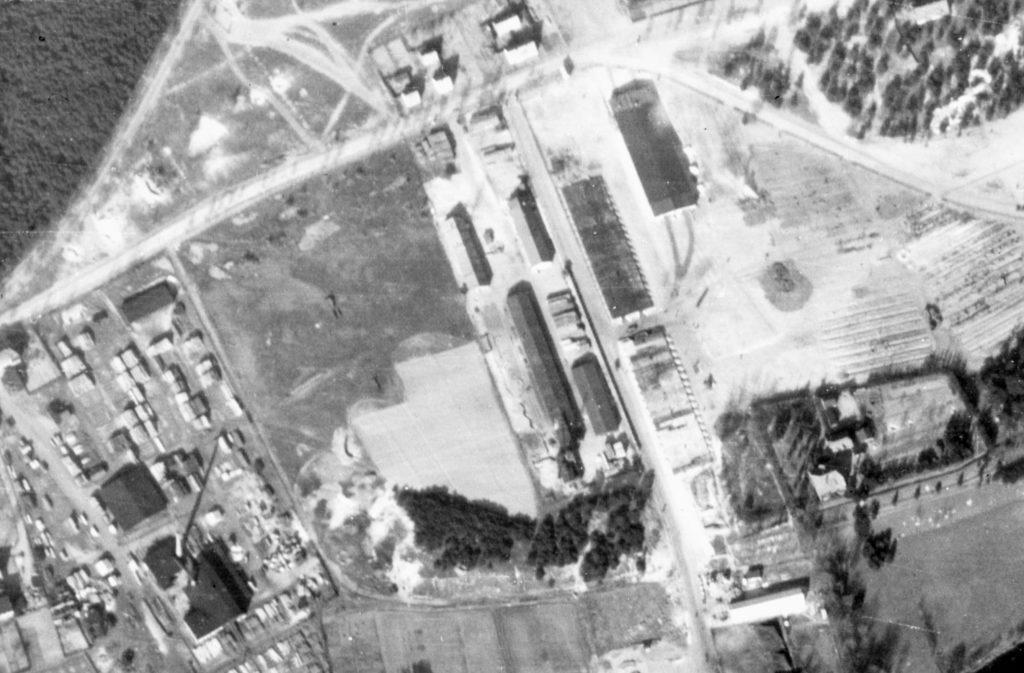 Alliiertes Luftbild der DAW-Tischlerei Ravensbrück, März 1945. Fotograf/in unbekannt (NCAP/ncap.org.uk)