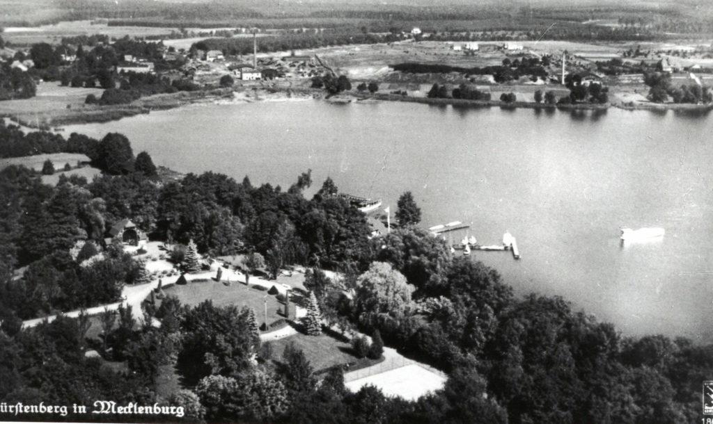 Postkarte von Fürstenberg in Mecklenburg, im oberen rechten Bildrand das Sägewerk von Arnold Breuer, ca. 1940. Fotograf/in unbekannt (MGR/SBG, Foto-Nr. 96-1217)