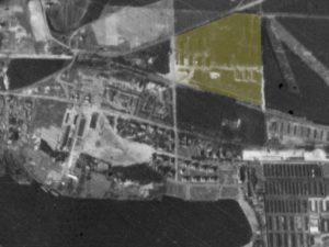 Alliiertes Luftbild vom 23. März 1945, Ausschnitt und Markierung WVHA-Ausweichlager. Fotograf/in unbekannt (NCAP/ncap.org.uk)