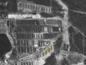 Alliiertes Luftbild vom 23. März 1945, Ausschnitt und Markierung Beutegutbaracken. Fotograf/in unbekannt (NCAP/ncap.org.uk)