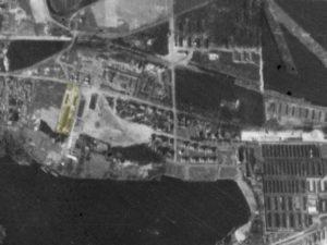 Alliiertes Luftbild vom 23. März 1945, Ausschnitt und Markierung DAW-Tischlerei. Fotograf/in unbekannt (NCAP/ncap.org.uk)
