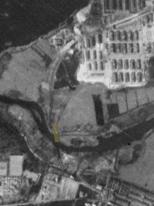 Alliiertes Luftbild vom 23. März 1945, Ausschnitt und Markierung Eisenbahnfähre. Fotograf/in unbekannt (NCAP/ncap.org.uk)