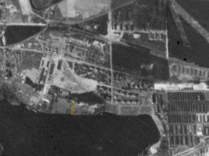 Alliiertes Luftbild vom 23. März 1945, Ausschnitt und Markierung SS-Kinderheim. Fotograf/in unbekannt (NCAP/ncap.org.uk)