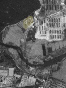 Alliiertes Luftbild vom 23. März 1945, Ausschnitt und Markierung Kläranlage. Fotograf/in unbekannt (NCAP/ncap.org.uk)