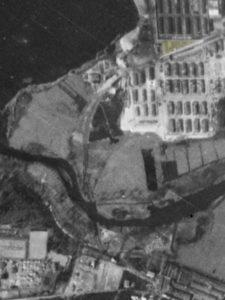 Alliiertes Luftbild vom 23. März 1945, Ausschnitt und Markierung Lagergärtnerei. Fotograf/in unbekannt (NCAP/ncap.org.uk)