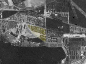 Alliiertes Luftbild vom 23. März 1945, Ausschnitt und Markierung SS-Unterführerhäuser. Fotograf/in unbekannt (NCAP/ncap.org.uk)
